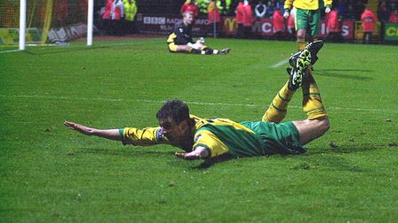 CHRIS LLEWELLYN CELEBRATES HIS GOAL AGAINST COVENTRY . een 30/1/01