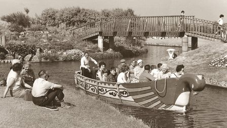 PLACES / Y YARMOUTH - BOAT LOAD OF HOLIDAYMAKERS TAKE A TRIP ON THE VENTIAN WATERWAYS DATE; 24