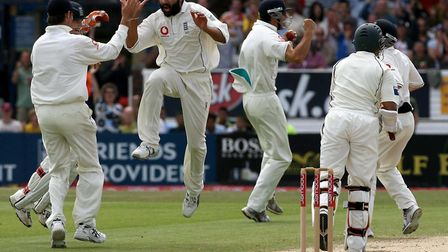 Library FILER dated 08/08/06 of England's Monty Panesar (centre) celebrating the wicket of Pakistan'