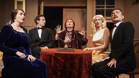 The cast is spooked during a scary s�ance.