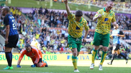 Iwan Roberts couldn't hide his delight as Paul McVeigh pulled a goal back for Norwich City Legends.