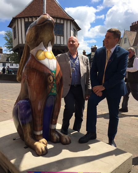 Town mayor Tony Holden and Councillor Graham Minshull, Vice Chairman of South Norfolk Council, unvei