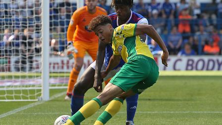 Jamal Lewis tries to hook in a Norwich City cross beyond Ipswich Town substitute Trevoh Chalobah, du