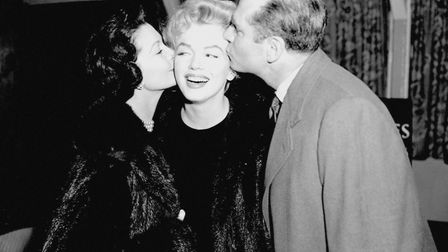 Marilyn Monroe gets two farewell kisses on both cheeks from Sir Laurence Olivier and Vivien Leigh