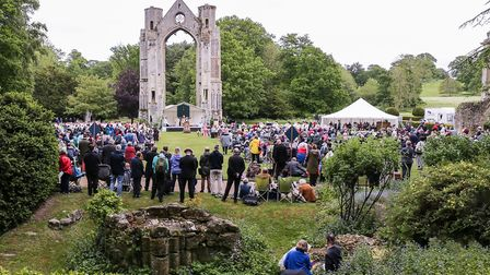 An estimated 300,000 people make the pilgramage to the Anglican Shrine of our Lady of Walsingham ea
