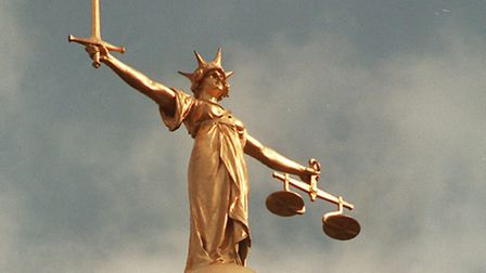 PA NEWS PHOTO 14/8/92 THE SCALES OF JUSTICE ON TOP OF THE OLD BAILEY IN LONDON
