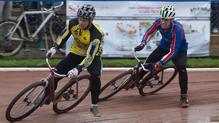 Charlie Rumbold chases defending champion Andy Angell