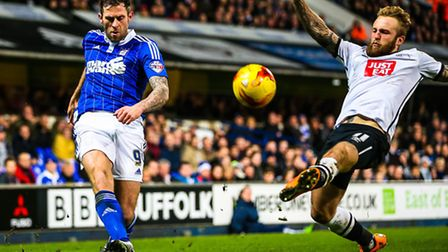 Daryl Murphy crosses as Johnny Russell tries to block during the Ipswich Town v Derby County (Champi