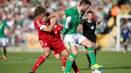 Republic of Ireland's Daryl Murphy (right) and Belarus' Alyaksandr Martynovich battle for the ball d
