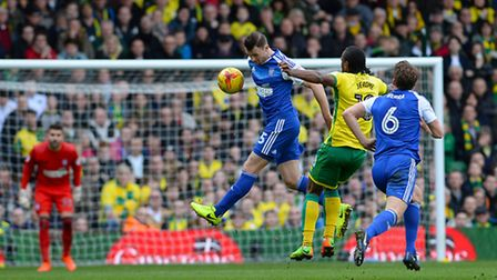 Tommy Smith tidies up ahead of a challenge by Cameron Jerome. Picture: Pagepix
