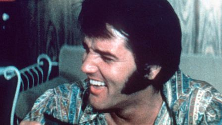 Elvis relaxing backstage, August 1970 . Photo: MGM