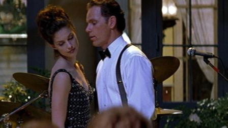Ashley Judd as Libby Parsons meeting her supposedly deceased husband, played by Bruce Greenwood, at