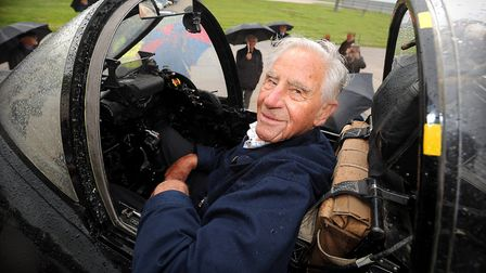 Tributes have been paid to RAF Commodore Roger Topp, who inspired the Red Arrows with his aerobatics