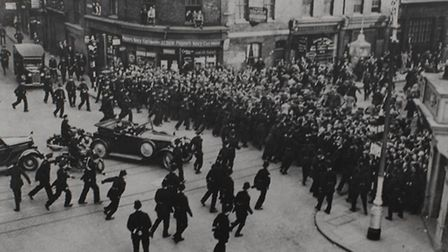 1936: Human barrier in Cable Street to stop Mosley's Blackshirts