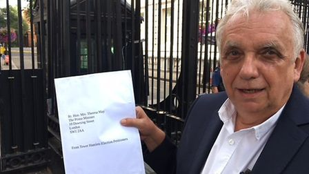Anti-corruption campaigner Andy Erlam delivers letter to Downing Street asking for �1m legal bills t
