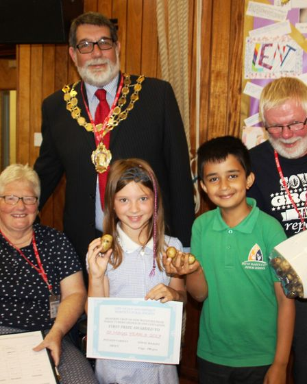 Mayor of Ely Cllr Richard Hobbs with Peter and Vicki Holden and two of the Year 3 potato growing win