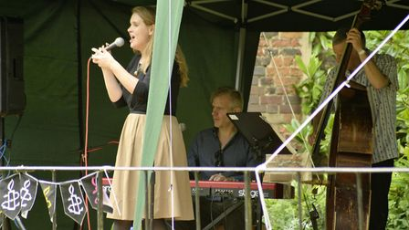 James Pearson and Polly Gibbons performing.