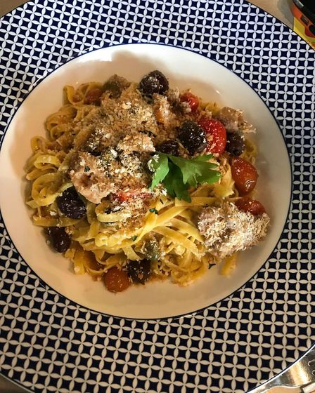 Main course of pasta with tomatoes, olives and chicken