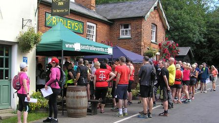 Runners about to start the Ridley Round at The Compasses pub
