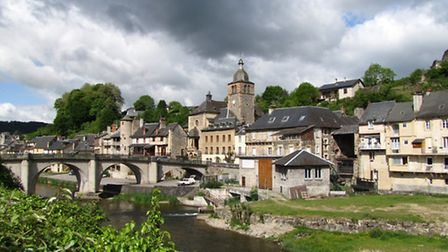 Saint-Geniez-d'Olt, on the banks of the Lot river in Aveyron © Emma Rawle
