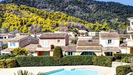 Owning a swimming pool in France © Fotolia