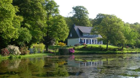 House in Brittany overlooking a lake with a hectare of land for 265,000