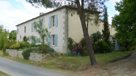 Traditional cottage near Bordeaux for 299,450 euros