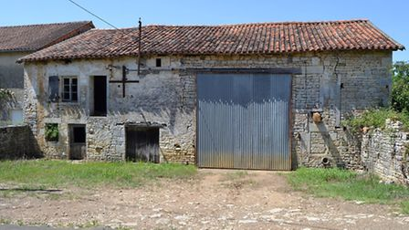 House and barn in Charente to renovate for 34,000 euros