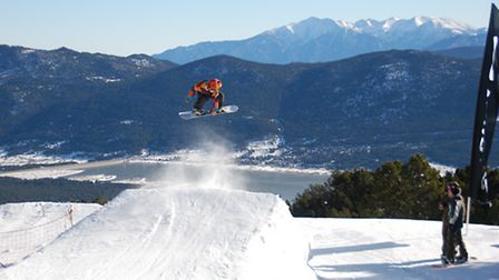 Snowboarding in Les Angles in the Pyrenees © Paul Lamarra