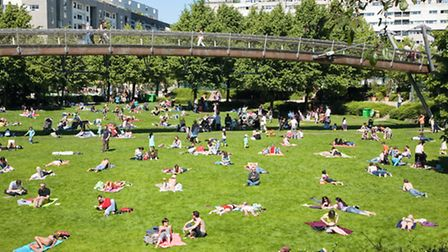 Picnicking and sunbathing in Reuilly park in the 12th arrondissement ©Paris Tourist Office - Amélie