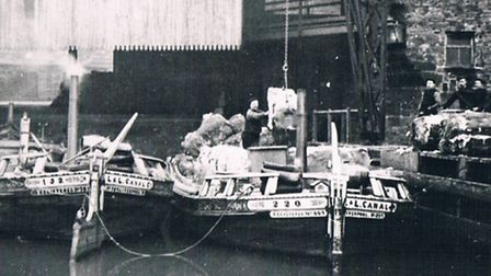 Leeds & Liverpool short boats being loaded with stone around 1910