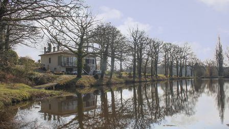 Bungalow and lake in Charente for ¬275,000 from Charente Immobilier