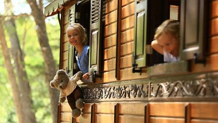 Children playing in the wooden caravans in the Domaine de Manville in Bouches-du-Rhône ©MOIRENC_MANV