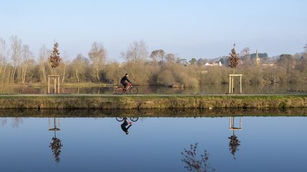 Cycling along the Canal de la Somme ©Dominique Levesque-flickr (CC BY-ND 2.0)