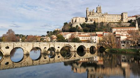 View of Béziers' Pont Vieux and the Cathedral in Hérault ©Emmanuelle Bonzami/Cynoclub