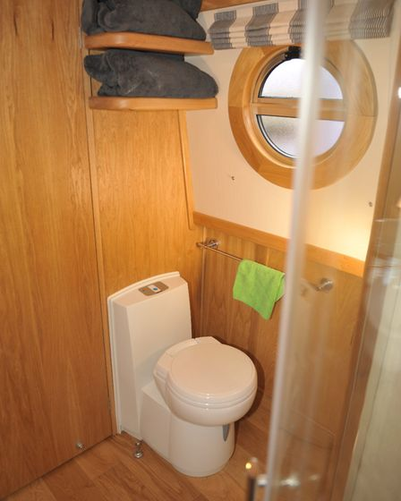 Cassette loo with ceramic bowl