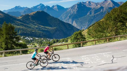 Cycling in the French Alps on an e-bike © Laurent Salino / Alpe d'Huez Tourisme