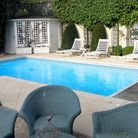 Installing a swimming pool © Guillohmz / Dreamstime