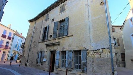 Large historic house to renovate in the centre of a village in Hérault