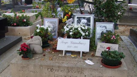 Serge Gainsbourg's grave at Montparnasse cemetery in Paris © dimworld / CC BY 2.0 via Wikimedia Comm