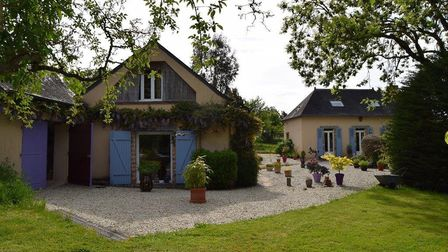 A property with large grounds and a pool in Sarthe