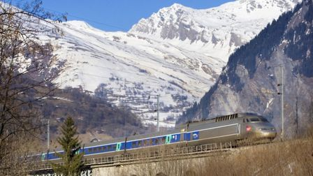TGV making its way through the mountains image OUI.SNCF Voyages SNCF