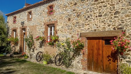 Idea for an equestrian venture in Charente, this farmhouse has three bedrooms