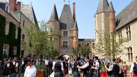 France or Scotland? Bagpipers outside the Chateau des Stuarts in Aubigny. Pic: Cekispass/Flickr