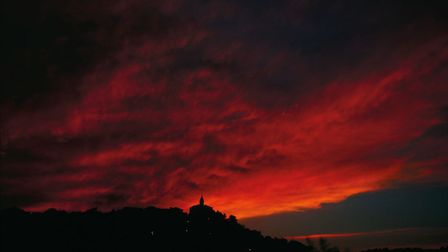 Locals say the sky gives hints several hours before a mistral begins to blow. The sky may glow red a
