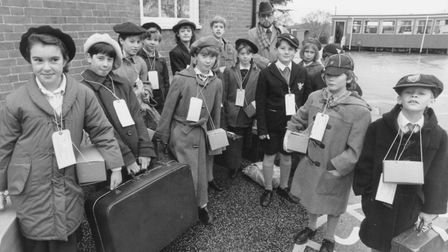 Scole Schoolchildren about to be evacuated to Holt Hall pic taken 4th nov 1991 c12590 pic to b
