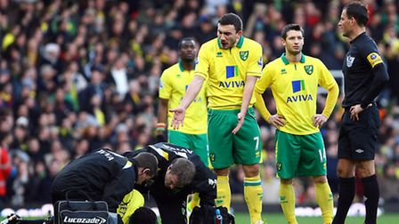 Robert Snodgrass points out to referee Mark Clattenburg that Alexander Tettey was injured in the bui