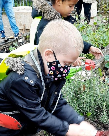 Year 1 pupils from Howard Primary School in Bury St Edmunds have helped plant bulbs at the local shopping precinct...
