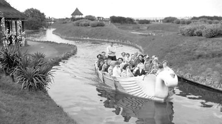 GREAT YARMOUTHHOLIDAY MAKERS TAKING A TRIP ON THE WATERWAYSDATED AUGUST 21ST 1955 OR 1956PLATE P21