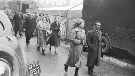 ROYAL FAMILYQUEEN MOTHER AND QUEEN VISITING KINGS LYNN MARTDATED FEBRUARY 1955NEG N0345